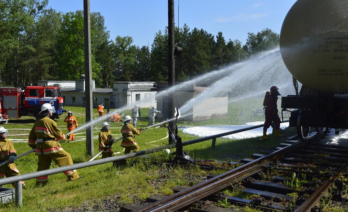 Учения спасателей на складе горючего Минобороны в Барановичах